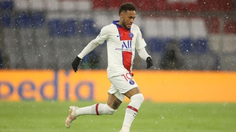 Neymar arranca com a bola dominada em jogo entre PSG e Bayern de Munique pela Liga dos Campeões - Alexander Hassenstein/Getty Images
