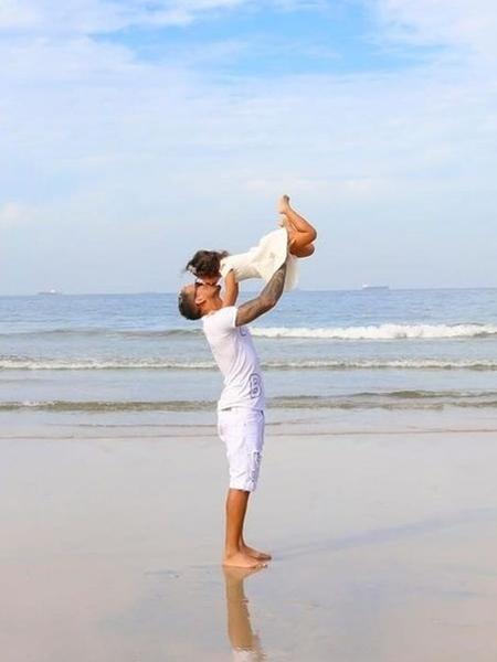 Charles Oliveira e a filha Tayla - Reprodução/Glamour foto e art