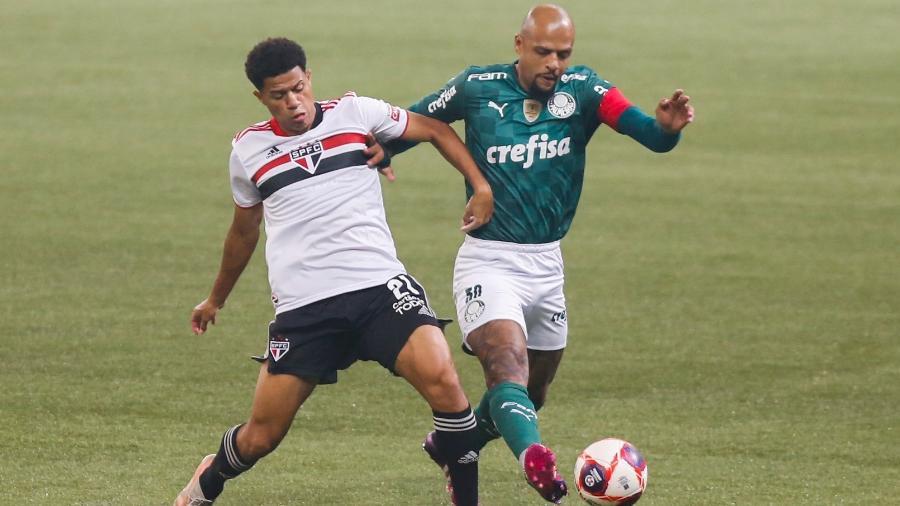 Gabriel Sara, do São Paulo, e Felipe Melo, do Palmeiras, disputam bola pela final do Paulistão 2021 - Marcello Zambrana/AGIF