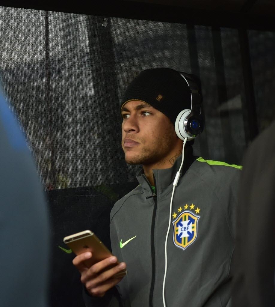 Neymar em destaque: mesmo suspenso, atacante optou por acompanhar in loco jogo do Brasil contra Venezuela