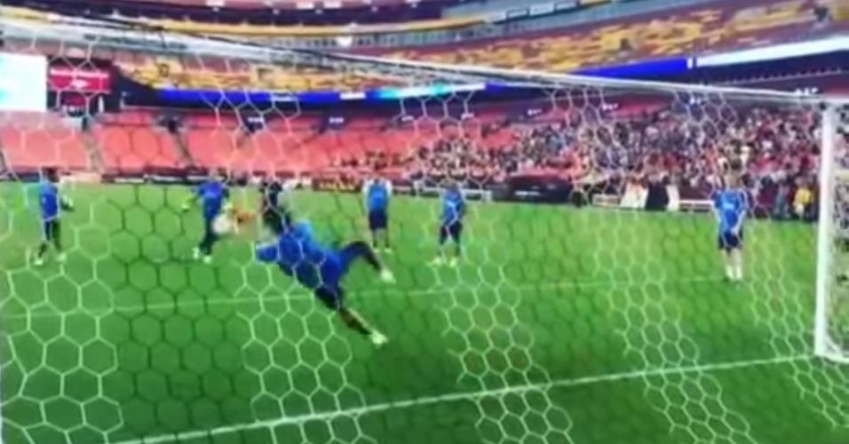 Suárez faz defesaça em treino do Barcelona
