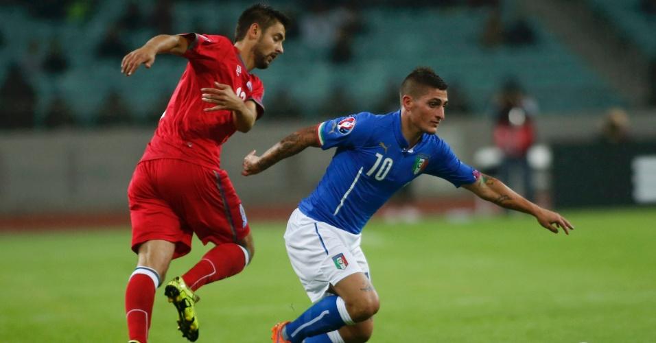 Verratti, da Itália, vence a disputa de bola com Dmitri Nazarov, do Azerbaijão, em jogo válido pelas eliminatórias para a Euro 2016
