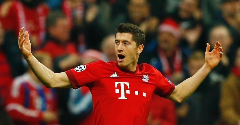 Lewandowski comemora o primeiro gol da partida entre Bayern e Arsenal, na Alemanha