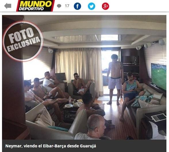 Neymar assiste jogo do Barcelona em sofá ao lado de amigos