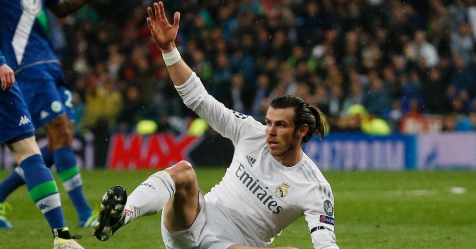 Gareth Bale fica pedindo falta após entrada forte de atleta do Wolsburg em jogo válido pela Liga dos Campeões