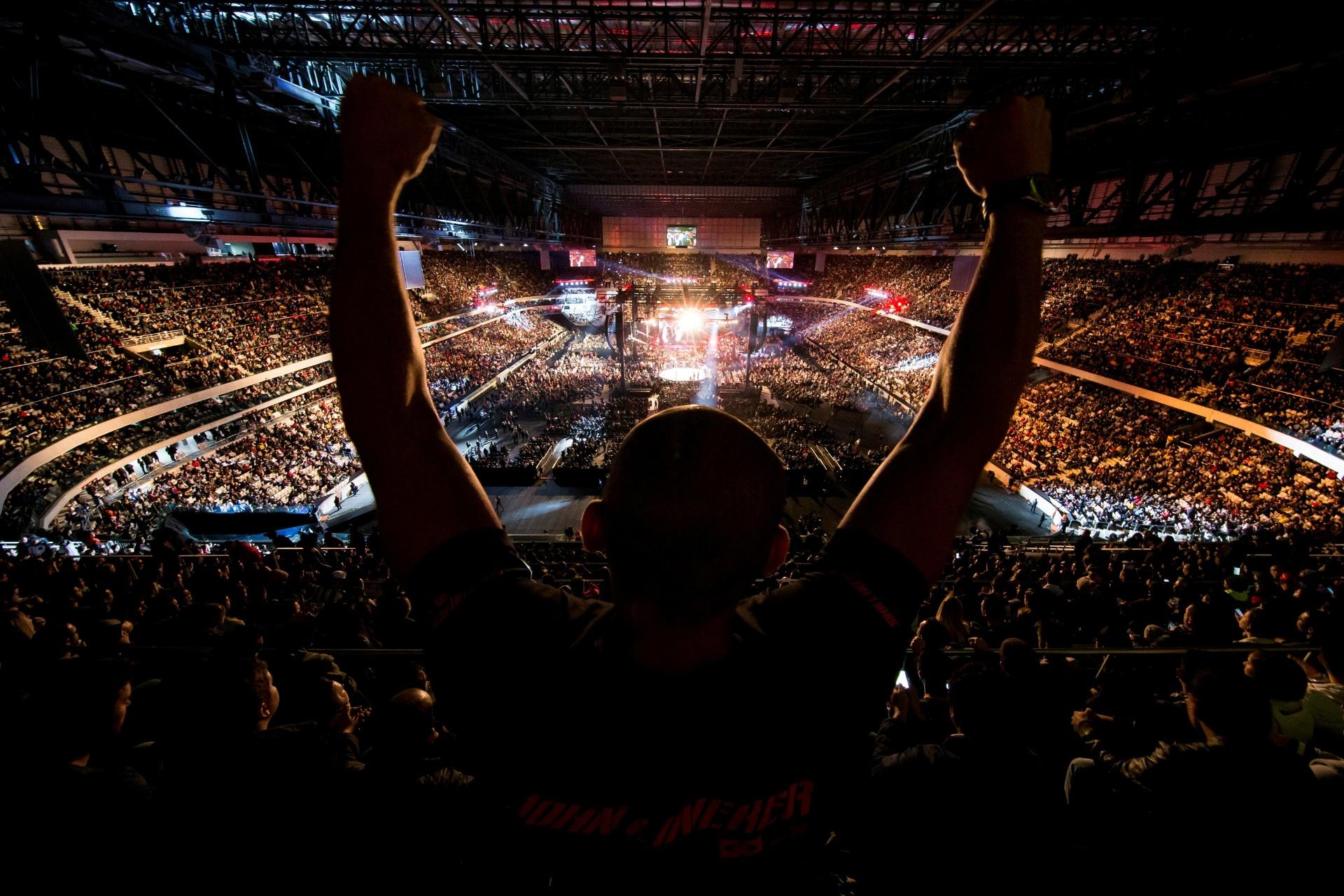 Torcedor comemora vitória no UFC 198, em Curitiba