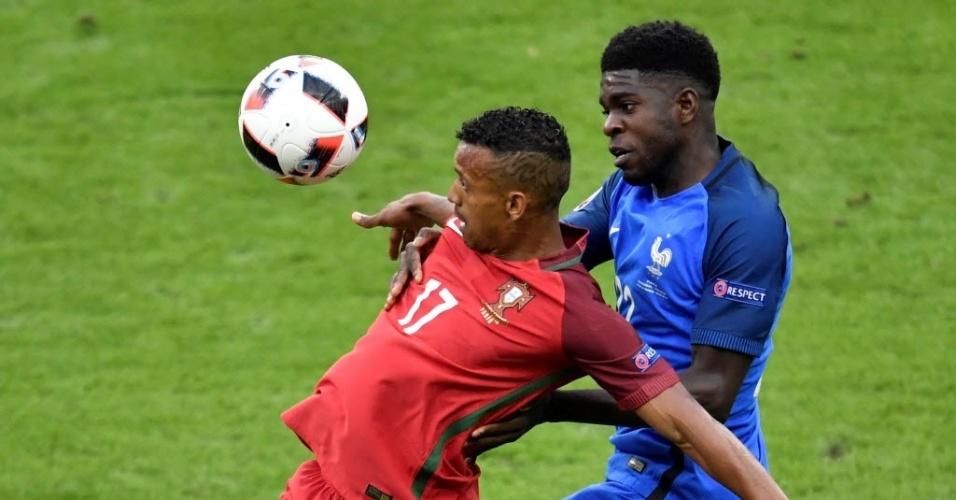 Umtiti, zagueiro francês reforço do Barcelona, marca Nani na final da Eurocopa contra Portugal