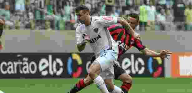 Lucas Pratto passa por rival do Atlético-PR - Bruno Cantini/Atlético - Bruno Cantini/Atlético