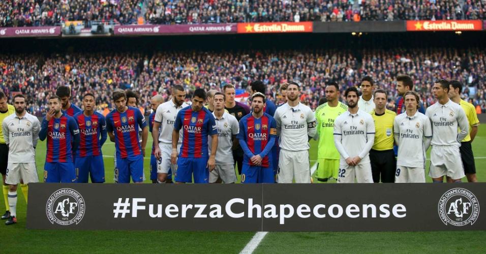 Jogadores de Barcelona e Real Madrid fazem homenagem à Chapecoense antes do clássico
