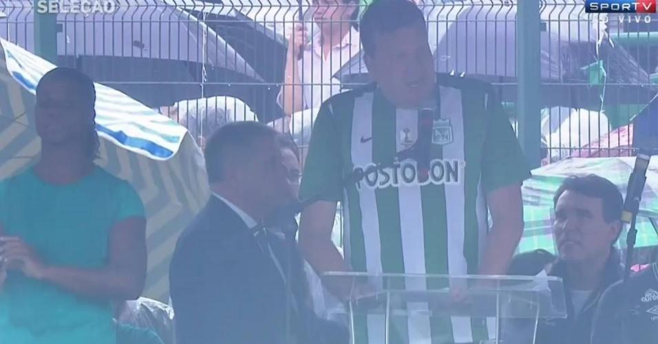 Prefeito de Chapecó, Luciano Buligon, acompanha velório com camisa do Atlético Nacional