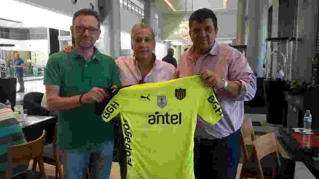 Novo presidente da Chapecoense, Maninho (esq.) recebe camisa personalizada do Peñarol, do Uruguai - Fernando Mattos/Assessoria Chapecoense