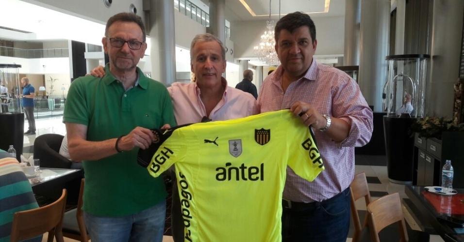 Novo presidente da Chapecoense, Maninho (esq.) recebe camisa personalizada do Peñarol, do Uruguai