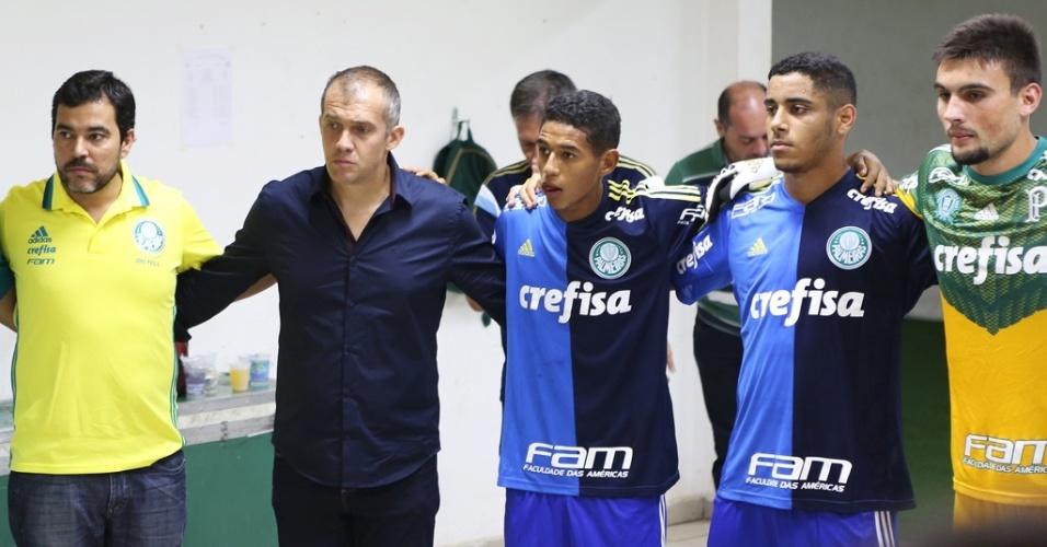 Eduardo Baptista ao lado dos jogadores do Palmeiras que disputam a Copa São Paulo