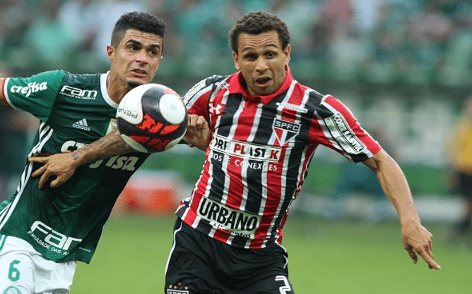 Wellington Nem recebe a marcação de Egídio em Palmeiras x São Paulo