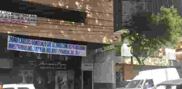 Faixa na sede do Cruzeiro - Thiago Fernandes/UOL Esporte - Thiago Fernandes/UOL Esporte