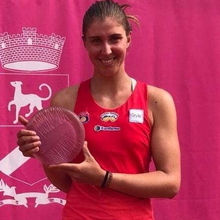 Bia posa com o troféu do challenger de Cagnes-sur-Mer, torneio que venceu antes de jogar Roland Garros - Divulgação/DGW