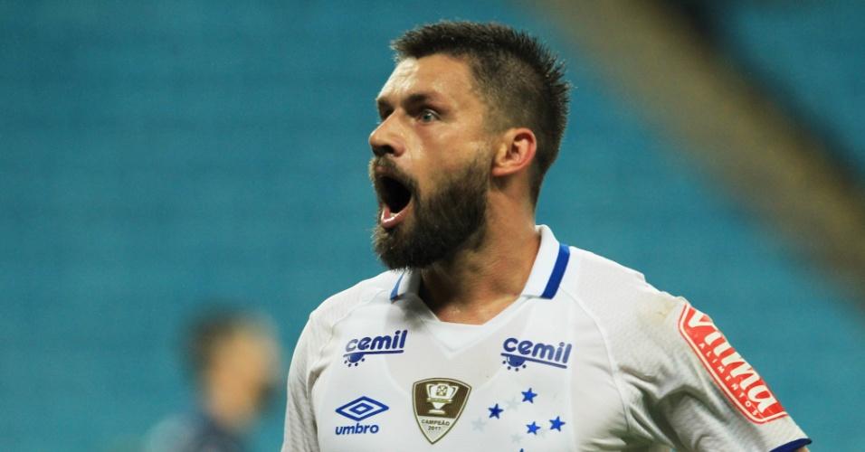 Festa em Porto Alegre é mineira | Com gol de Sóbis, Cruzeiro vence Grêmio e dorme na vice-liderança