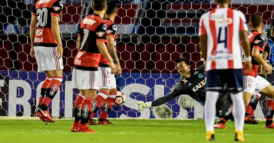 César faz boa defesa pelo Flamengo contra o Junior