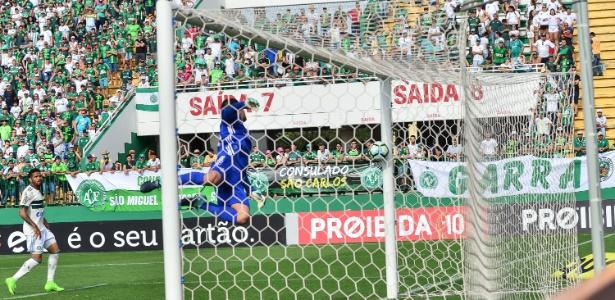 Wilson mergulha para defender lance que terminou em gol da Chapecoense