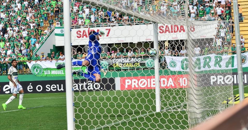 Wilson mergulha para defender lance que resultou em gol da Chapecoense