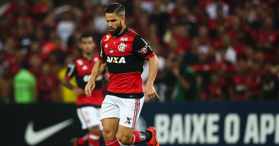 Diego domina a bola no jogo entre Flamengo e Independiente