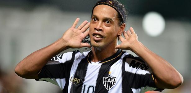 Ronaldinho em ação pelo Atlético; ele jogou no clube de 2012 a 2014 e recebe até hoje - Pedro Vilela / Agencia i7
