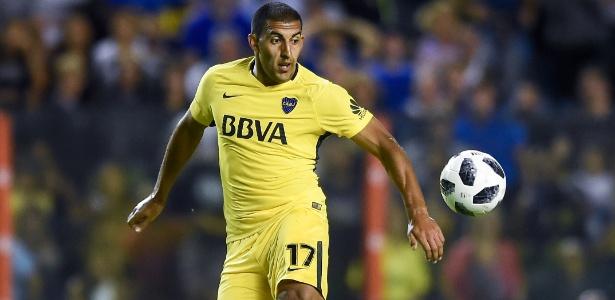 Ramón Ábila em ação pelo Boca Juniors durante jogo contra o San Martin