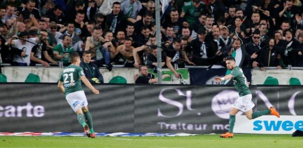 Cabella (dir.) foi o principal nome do jogo, com gol, pênalti perdido e várias chances