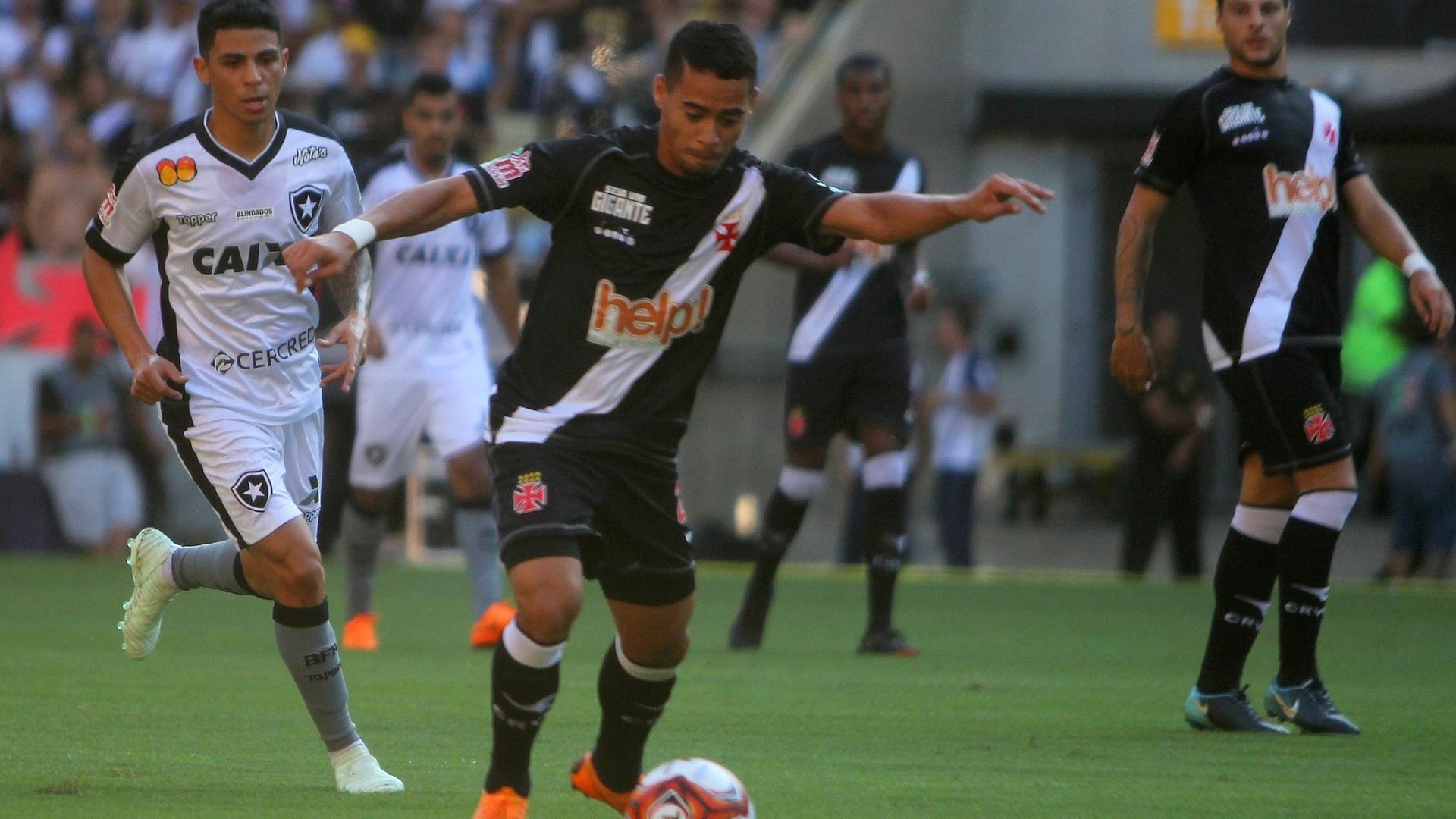 Yago Pikachu conduz a bola na partida entre Vasco e Botafogo na decisão do Campeonato Carioca 2018