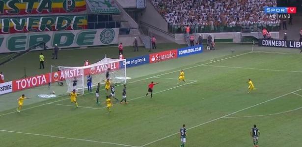 Felipe Melo se descontrola ao reclamar com Antônio Carlos após o gol do Boca