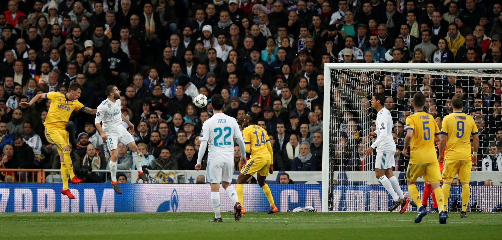 Mandzukic subiu atrás de Carvajal e cabeceou para marcar o segundo da Juventus