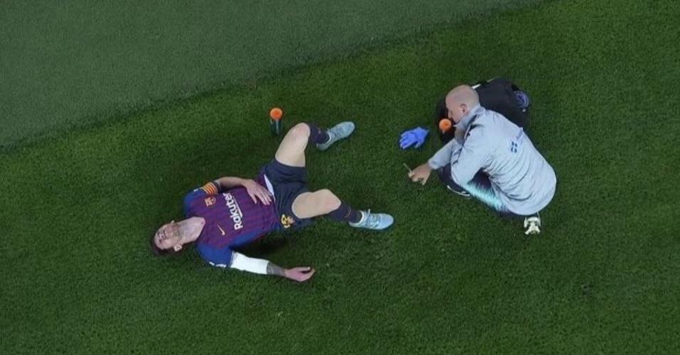 Messi deixa o gramado com o braço direito enfaixado