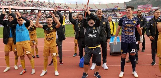 Maradona festeja ao lado dos jogadores vitória do Dorados na segunda divisão mexicana - Refugio Ruiz/Getty Images