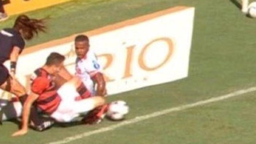 Árbitra adicional de Flamengo x Bangu não viu a bola ultrapassar a linha de gol em lance decisivo do jogo - Reprodução/TV