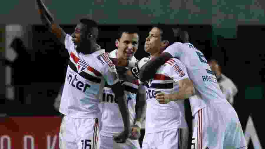 Jogadores do São Paulo comemoram o gol de Hernanes contra a Ferroviária - Marcello Zambrana/AGIF