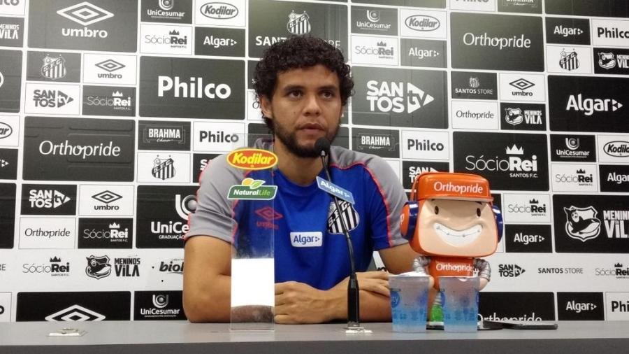 Victor Ferraz concede entrevista coletiva no CT Rei Pelé, do Santos - UOL