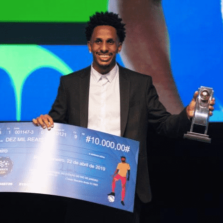 Lucas Mineiro recebe o prêmio de melhor volante do Campeonato Carioca de 2019 atuando pelo Vasco - Divulgação / Ferj - Divulgação / Ferj