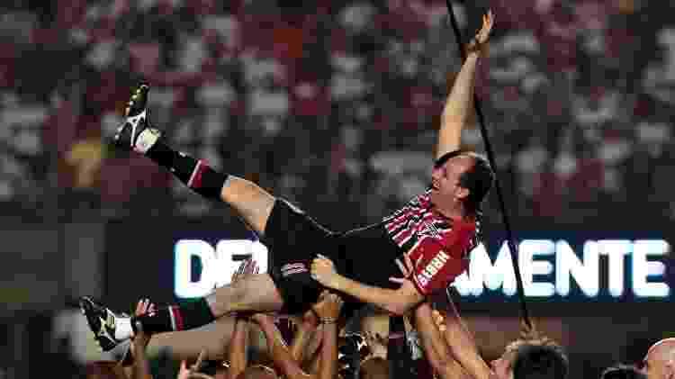 Ceni é jogado para cima pelos campeões mundiais de 2005 durante a festa de aposentadoria - Ale Cabral/AGIF - Ale Cabral/AGIF