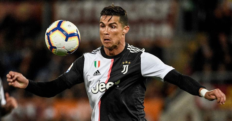 Cristiano Ronaldo domina bola durante jogo contra a Roma