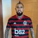 """Vidal ganha camisa do Flamengo, veste e diz: """"Nos vemos no Rio"""""""