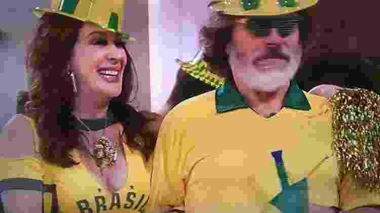 """Lidiane (Claudia Raia) aguarda jogo da seleção brasileira em """"Verão 90"""" - Reprodução/TV Globo"""
