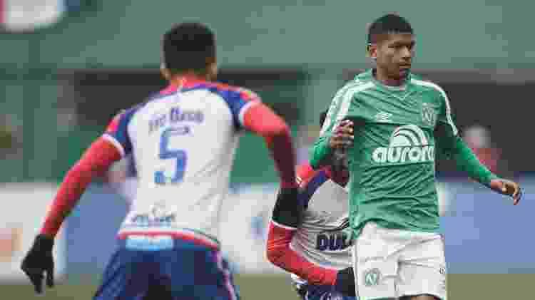 Márcio Araújo, da Chapecoense, tenta jogada durante partida contra o Bahia - Matheus Sebenello/AGIF