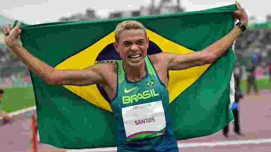 Altobeli Santos comemora o ouro nos 3.000m com obstáculos no Pan de Lima - Luis ROBAYO / AFP