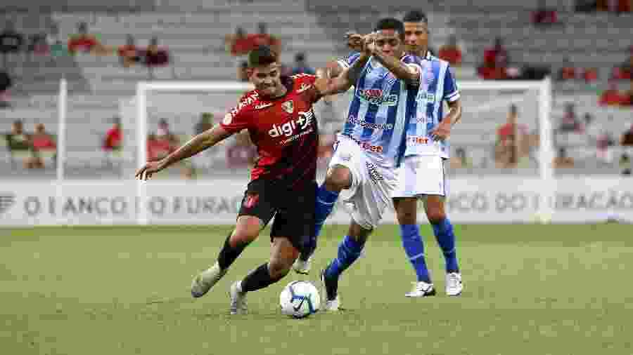 Bruno Guimarães, machucado, é um dos desfalques diante do Grêmio - Robson Mafra/AGIF