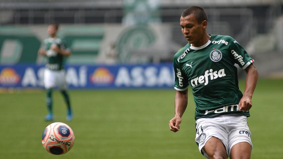 Gabriel Veron em ação pelo Palmeiras contra o Mirassol: jovem atacante deve ganhar espaço no time - Bruno Ulivieri/AGIF