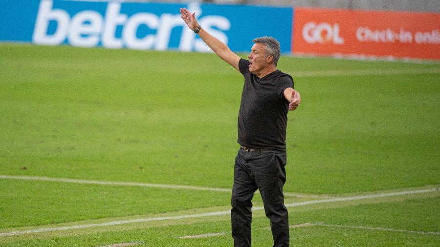 Treinador já escalou 8 duplas de zaga e defesa vira dor de cabeça no Flamengo