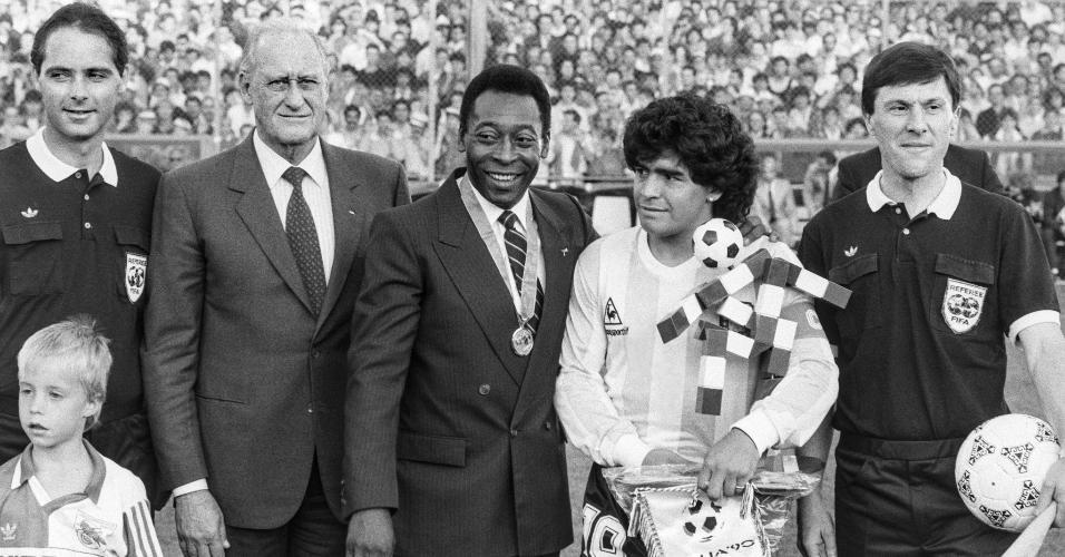 Pelé, Maradona e João Havelan Havelange, então presidente da Fifa, durante jogo entre Itália e Argentina, em Zurique, na Suíça, em 10 de junho de 1987