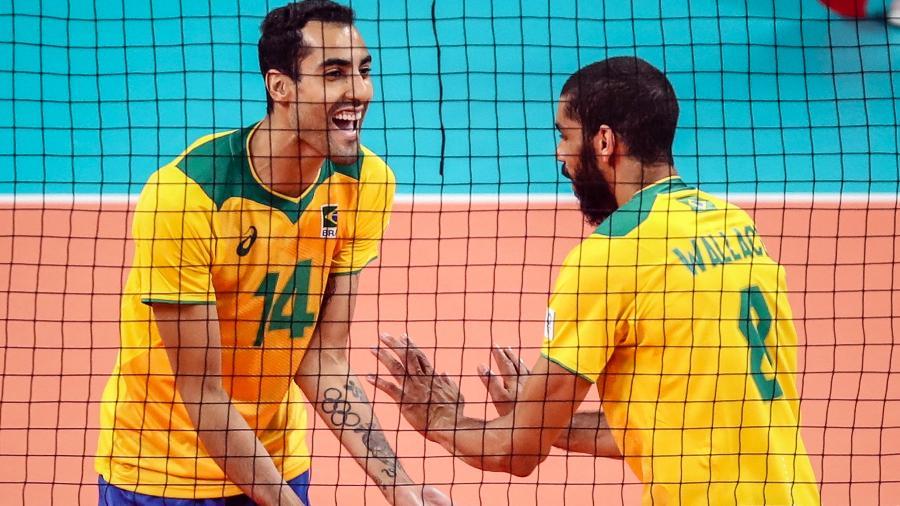 Douglas Souza comemora ponto com Wallace durante estreia do Brasil no vôlei masculino da Tóquio-2020 - Gaspar Nóbrega/COB