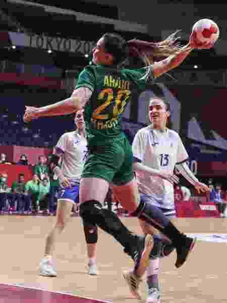 Larissa Araujo em ação durante estreia do Brasil no handebol feminino da Tóquio-2020 - Wander Roberto/COB - Wander Roberto/COB