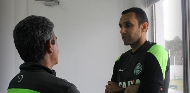 Zagueiro Rafael Marques (dir.) está passado por bateria de exames no Vasco
